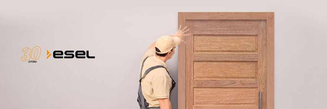Qual a importância de seguir o manual de instalação das portas à risca?